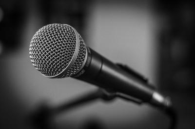 Buehnenmikrofon Test fuer Saenger
